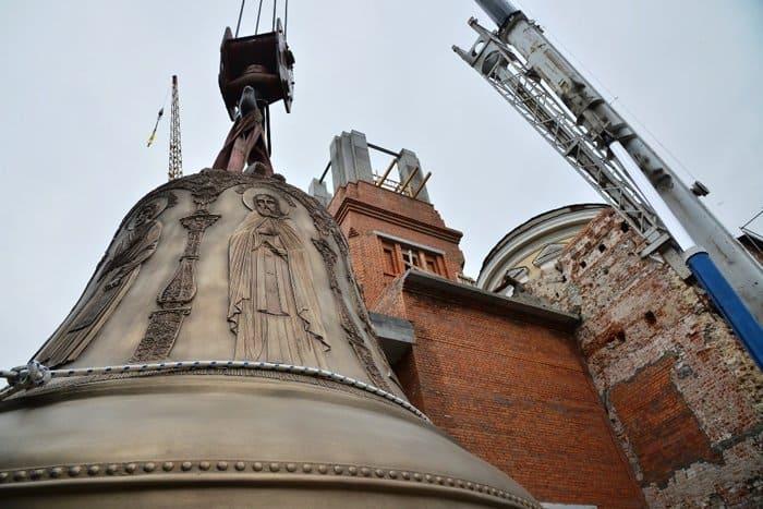 6-тонный колокол-благовест установили на колокольне екатеринбургского храма