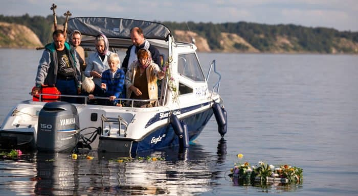 В память о жертвах репрессий верующие проплыли на катерах по Северной Двине