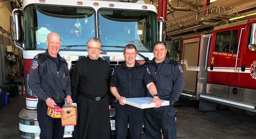 Православный священник поздравляет канадских спасателей с Рождеством Христовым и Пасхой