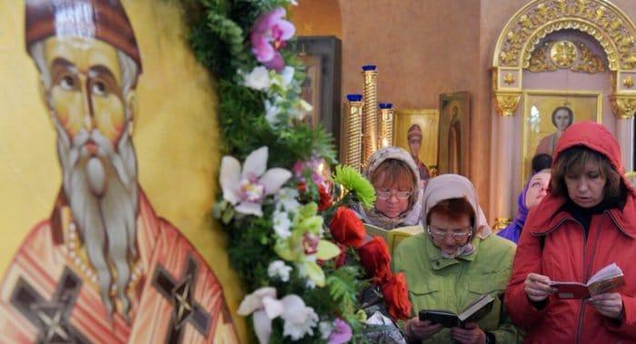 Бездомным помогают поклониться деснице Спиридона Тримифунтского