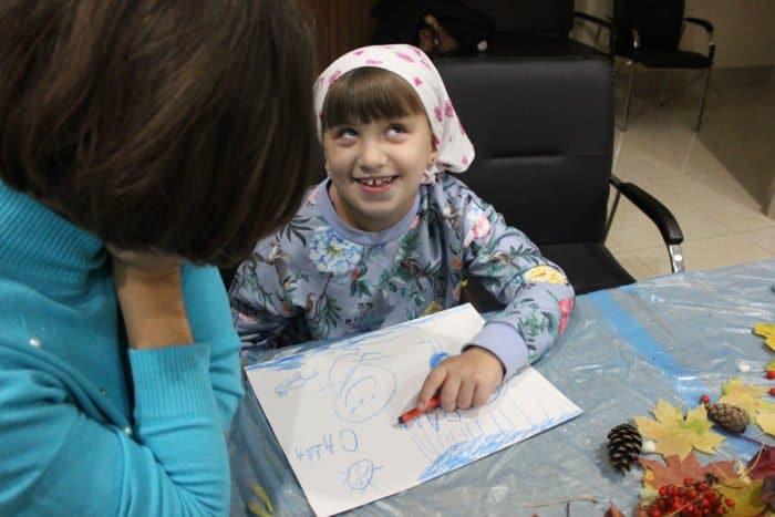 Трудный и счастливый день: в Саранске проходит беспрецедентный цикл уроков арт-терапии для детей с ДЦП