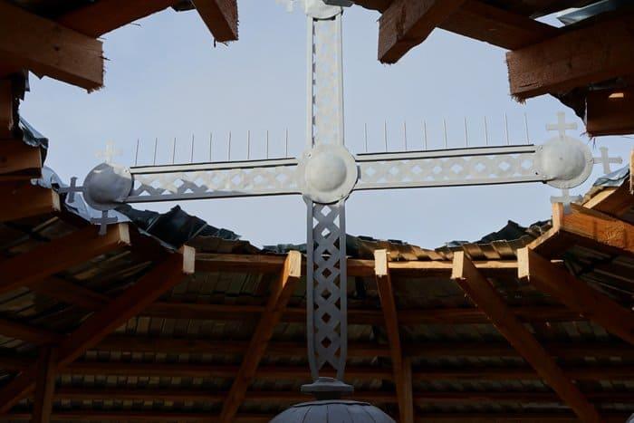 Новгородский храм XIII века украсил отреставрированный и освященный крест
