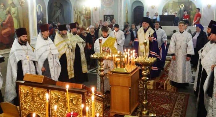 В храмах Крыма молятся о жертвах трагедии в керченском колледже