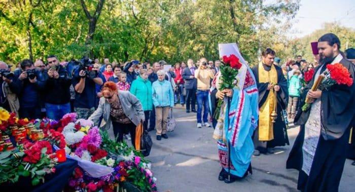 Священники Керчи помогают родным жертв трагедии в городском колледже