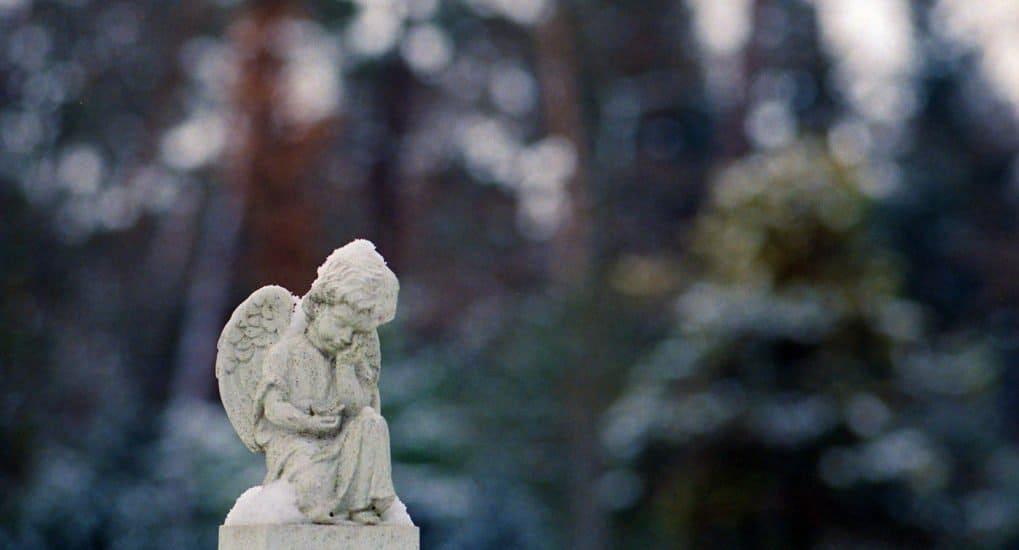 Можно ли крещенного младенца взять на кладбище?