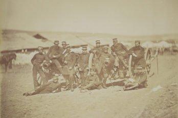 Группа возле двух орудий