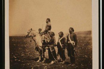 Исмаил-паша верхом на коне в окружении турецких офицеров