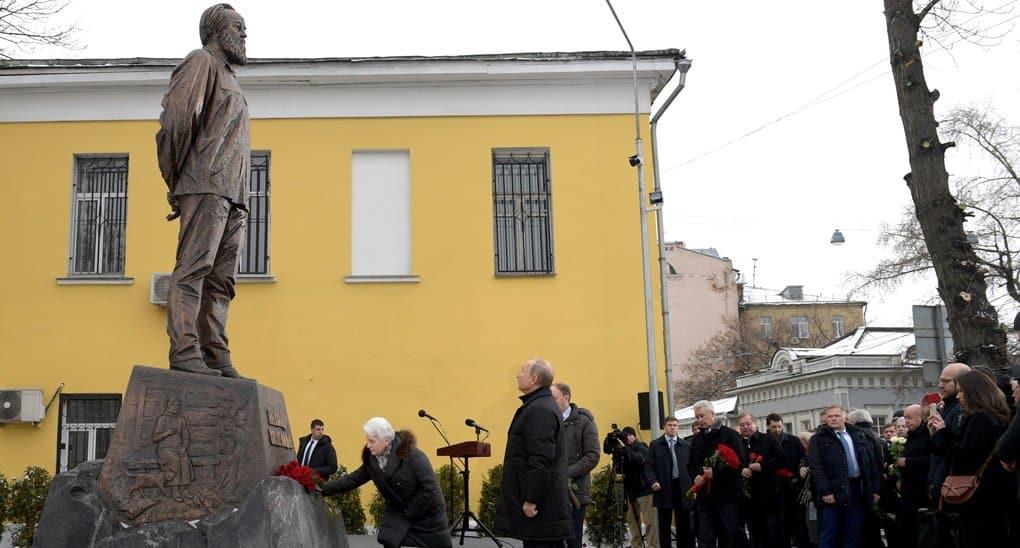 Памятник Александру Солженицыну открыли в Москве