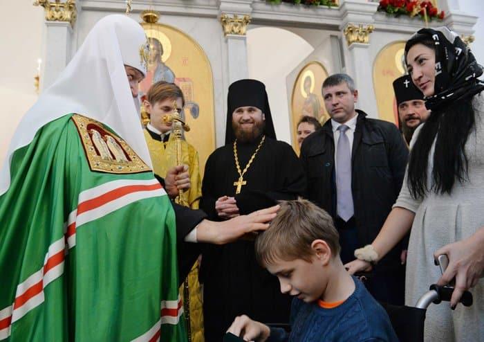 Патриарх Кирилл исполнил мечту мальчика с ДЦП побывать на Патриаршей литургии