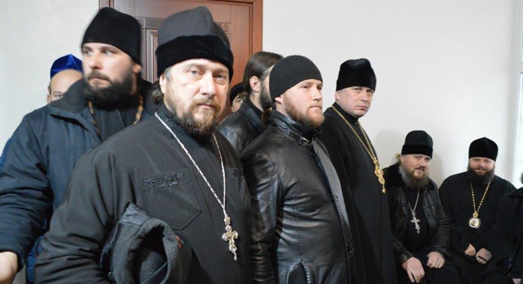 Ровенское духовенство добровольно пришло в СБУ, чтобы поддержать допрашиваемых священников