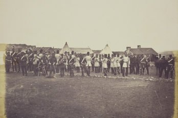 Военный оркестр играет в лагере