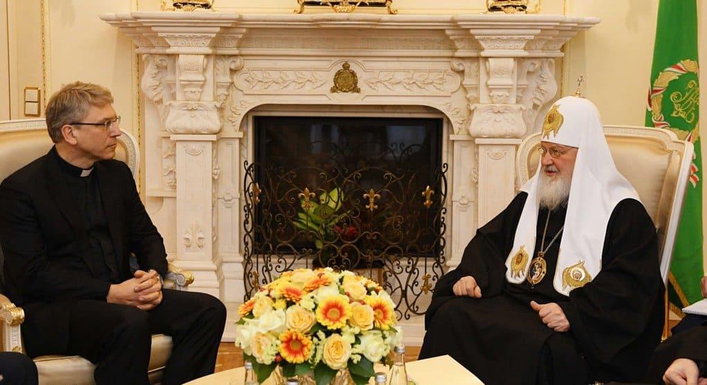Христиане должны помогать обществу в преодолении международных кризисов, считает патриарх Кирилл