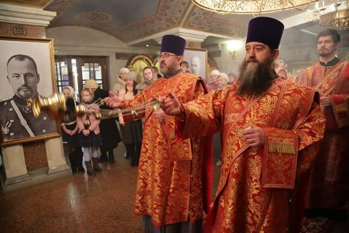 Служба новомученикам в храме, построенном на месте расстрела Царской семьи, и выставка, посвященная кампании по вскрытию мощей