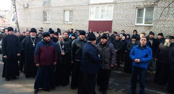 Священники и миряне поддержали у отделения полиции задержанного митрополита Горловского Митрофана