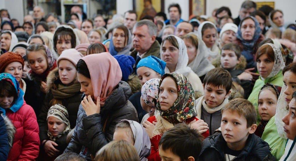 Все храмы сейчас полны людей, если построить еще – наполнятся и они, - сказал зам. главного редактора «Фомы» Владимир Гу...