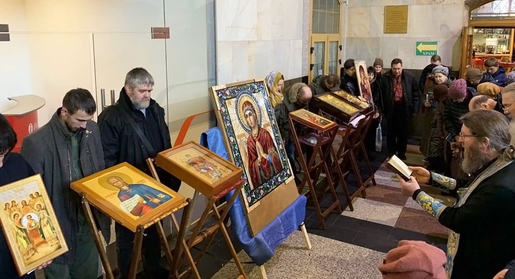 «Тепло молитвы разольется по всей России»: на вокзалах Москвы помолились перед уникальными иконами