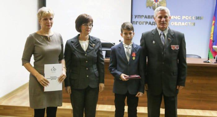 Расклеивавшего объявления для спасения матери школьника из Волгограда наградили медалью
