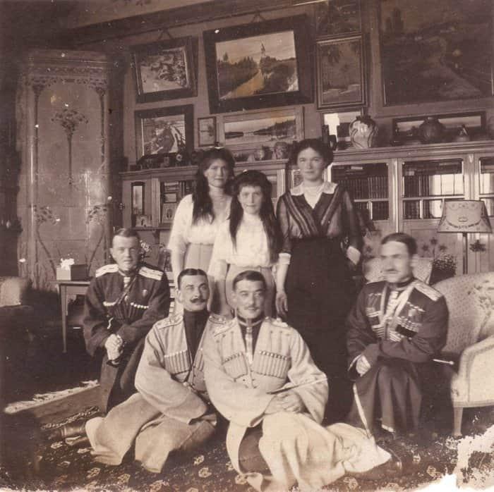 Тайник с редкими фотографиями Царской семьи нашли в Ессентуках