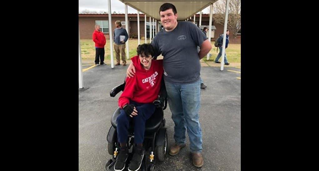 Школьник из Арканзаса накопил деньги и купил электроколяску своему другу