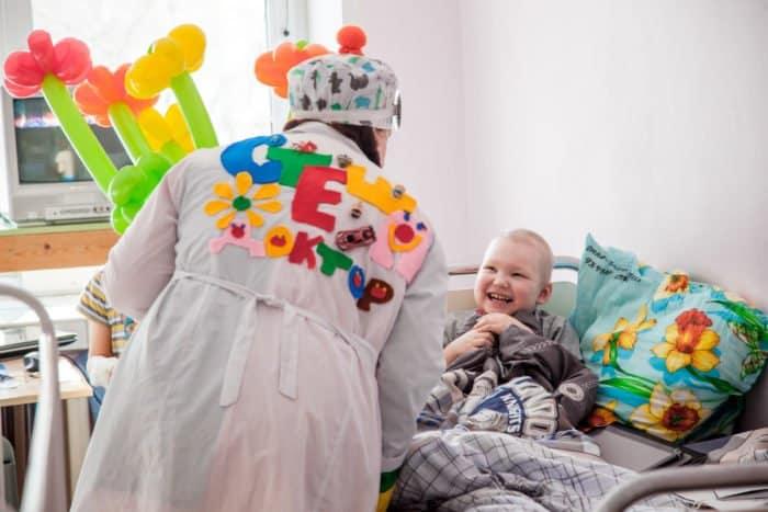 Смеяться - надо: клоун спешит на помощь в детскую больницу