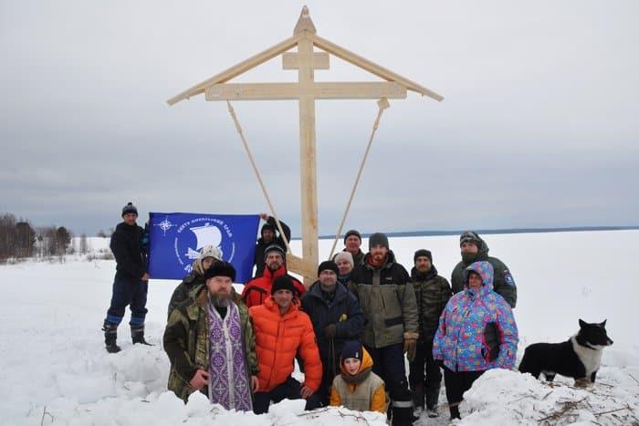 У полузатопленного храма в Архангельской области установили поклонный крест