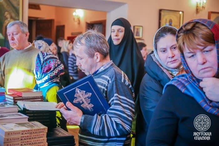 Около 2 тысяч православных книг раздали желающим в главном храме Якутска
