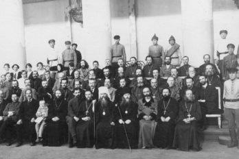 Группа подсудимых в зале суда, проходившего в филармонии