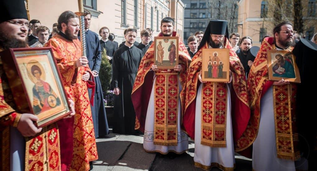 Читают ли записки на крестных ходах на светлой седмице?