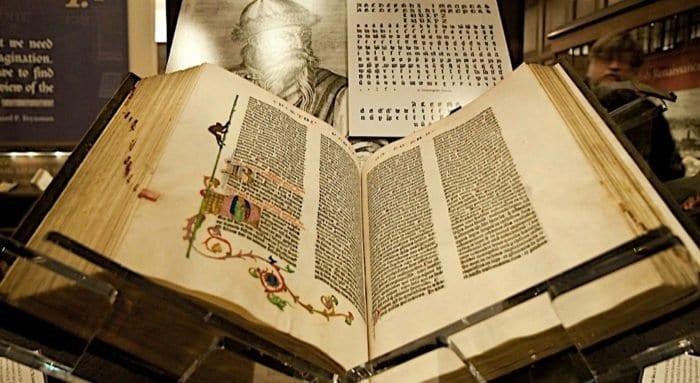 В Москве покажут единственный в России пергаменный экземпляр Библии, который потом оцифруют