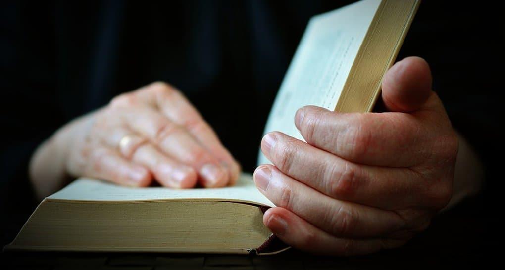 Евангелие необходимо читать, а не украшать им полки, - митрополит Иларион