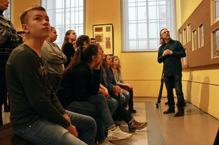 Церковь организовала экскурсию в Пушкинский музей для молодежи с проблемами слуха