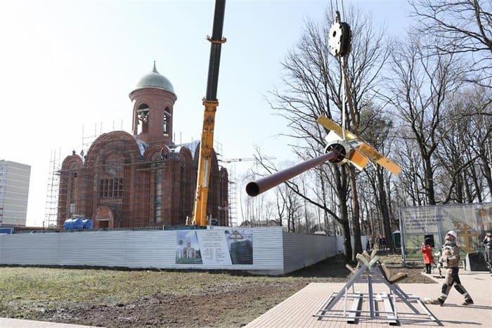 На строящийся главный храм Росгвардии установили 6-метровый крест