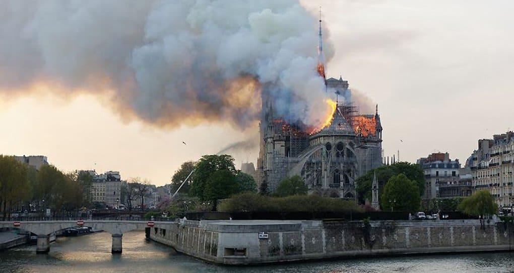 Патриарх Кирилл молится о скорейшем восстановлении собора Парижской Богоматери