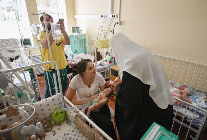 Патриарх Кирилл поздравил с Пасхой юных пациентов Морозовской больницы