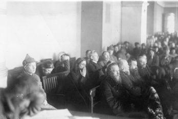 Подсудимые в зале суда во время судебного процесса над группой церковников Александро-Невской лавры