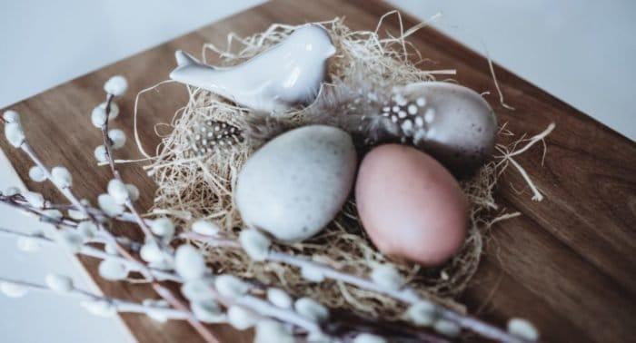 Умерла бабушка. Можно ли красить яйца и печь куличи  на Пасху?