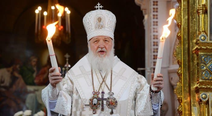 В пасхальную ночь патриарх Кирилл раздаст верующим Благодатный огонь