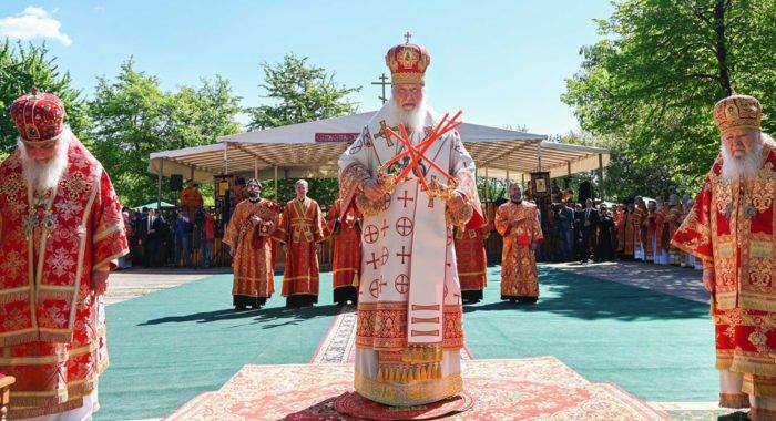 Патриарх Кирилл помолился под открытым небом в Бутове о жертвах репрессий
