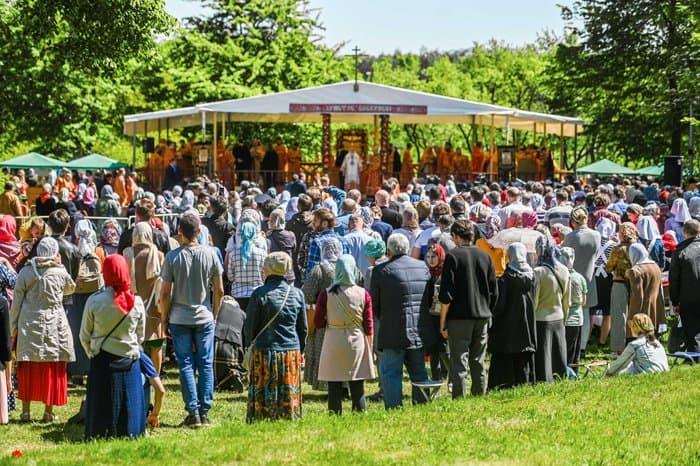 Патриарх Кирилл помолился под открытым небом в Бутове о жертвах репрессий - фото 3
