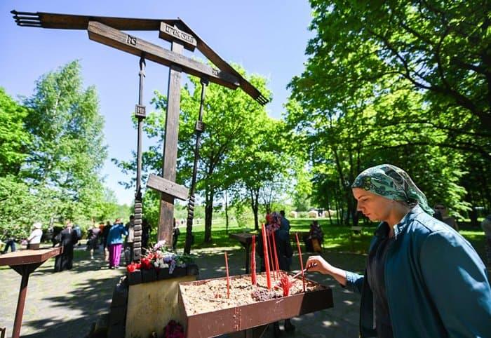 Патриарх Кирилл помолился под открытым небом в Бутове о жертвах репрессий - фото 4