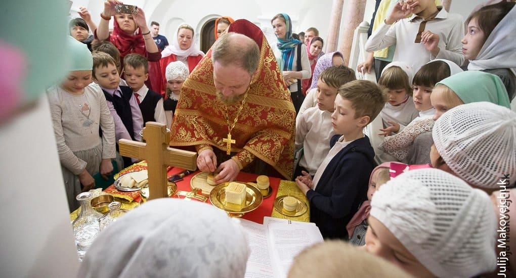 В храме Сергия Радонежского в Солнцево детям наглядно показали, как совершается Литургия