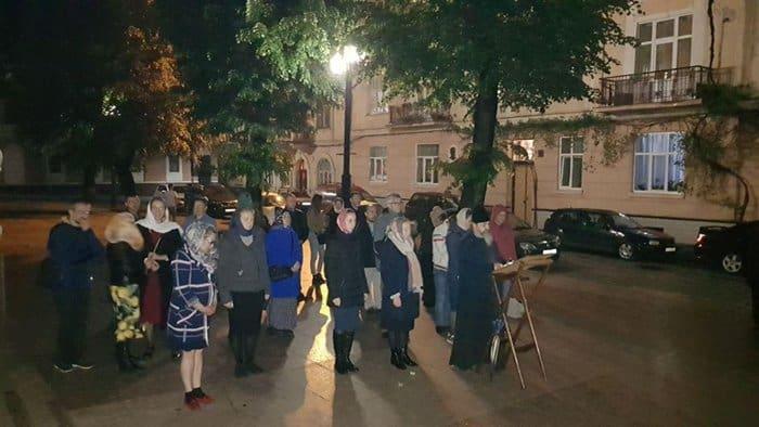 После захвата храма в Черновицкой области верующие беспрерывно молятся у стен местной администрации