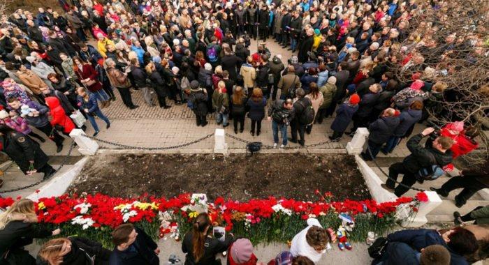 Мурманчане почтили память жертв трагедии в «Шереметьево» у стихийного мемориала