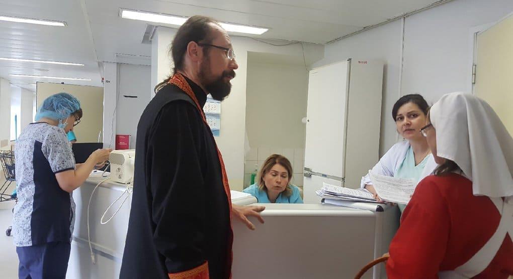 Священнослужители помогают пострадавшим в аэропорту «Шереметьево»
