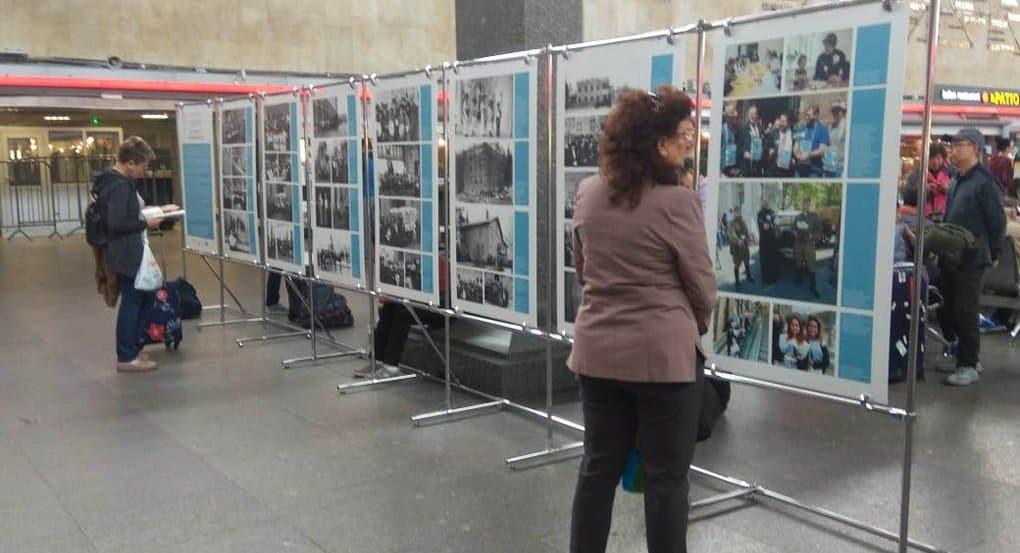 На Московском вокзале Петербурга открылась фотовыставка в поддержку «Белого цветка»