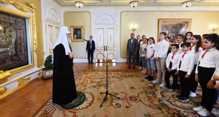 Патриарх Кирилл пожелал детям погибших в Сирии военных впитать героизм своих родителей