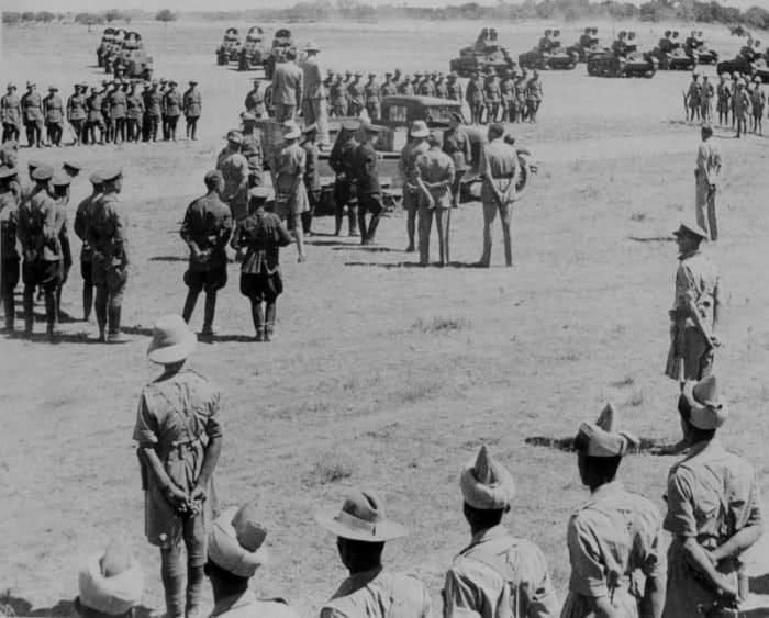 Советские  и британские военнослужащие на встрече под Тегераном.  Советско-британская операция «Согласие» (Operation Countenance). На  заднем плане находятся советские бронеавтомобили БА-10 и танки Т-26. На  переднем плане — солдаты и офицеры подразделения Британской индийской  армии.       Фото waralbum.ru
