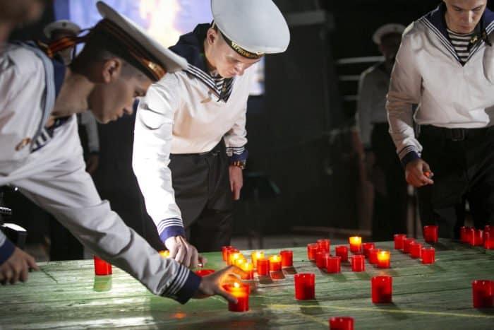 «Свечу скорби» зажгли на крейсере «Москва» в Севастополе