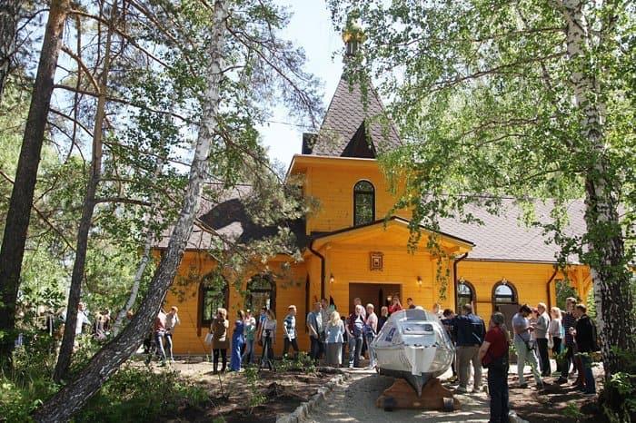 Митрополит Челябинский Григорий и отец Федор Конюхов открыли часовню в Миассе
