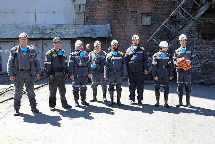 «Понять и разделить их труд»: епископ Шахтинский Симон помолился с шахтерами на глубине 700 метров
